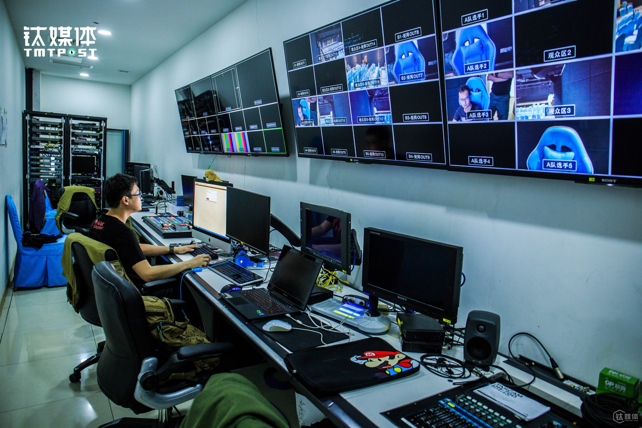As live video broadcasting is burgeoning in China, WYWK soon hired a video team, five professionals, and live video broadcast e-sports on major live video broadcasting platforms. As time goes by, e-sports begin to have a decisive role in the internet café industry. The diversity in e-sports filed directly leads to the thorough upgrade of the internet café industry, which will ultimately lead to the diversity of internet café industry.