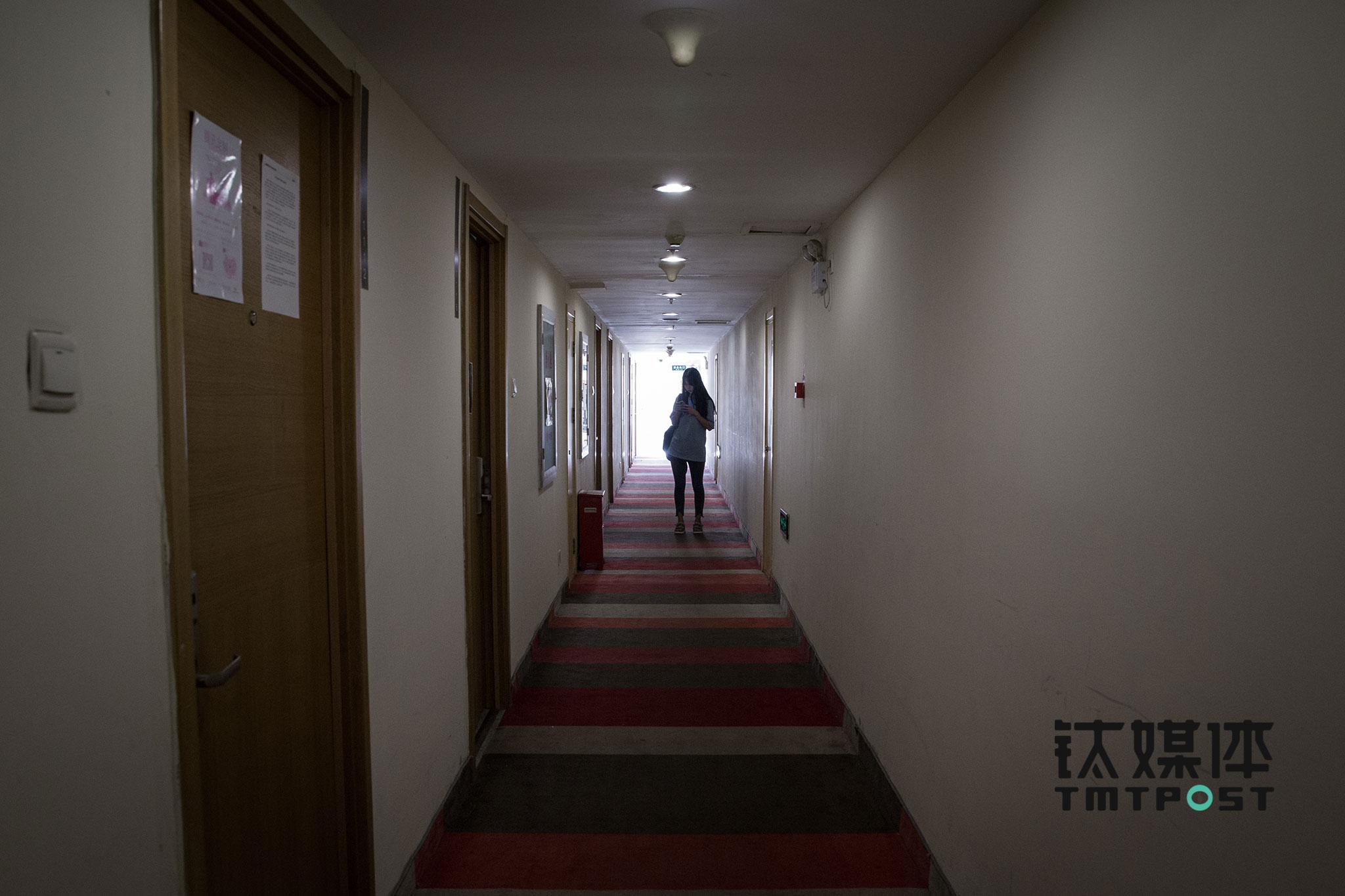 一个女孩穿过走廊,寻找将要去面试的剧组。每个剧组所在的房间,门上都会贴着一张通告单,很多来寻找表演机会的人,会挨个敲门,把简历往每个剧组都发一遍。