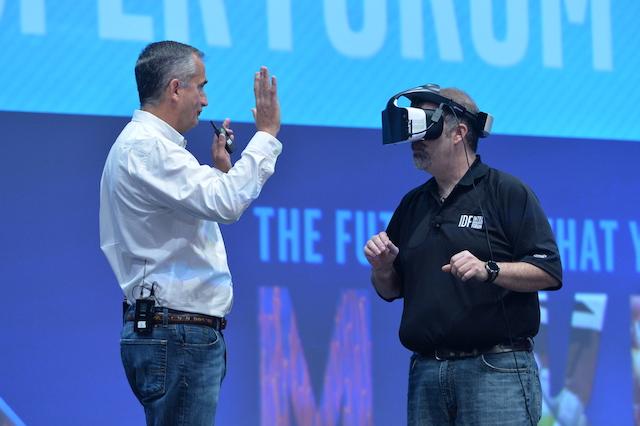 科再奇展示Alloy项目下的虚拟现实头盔