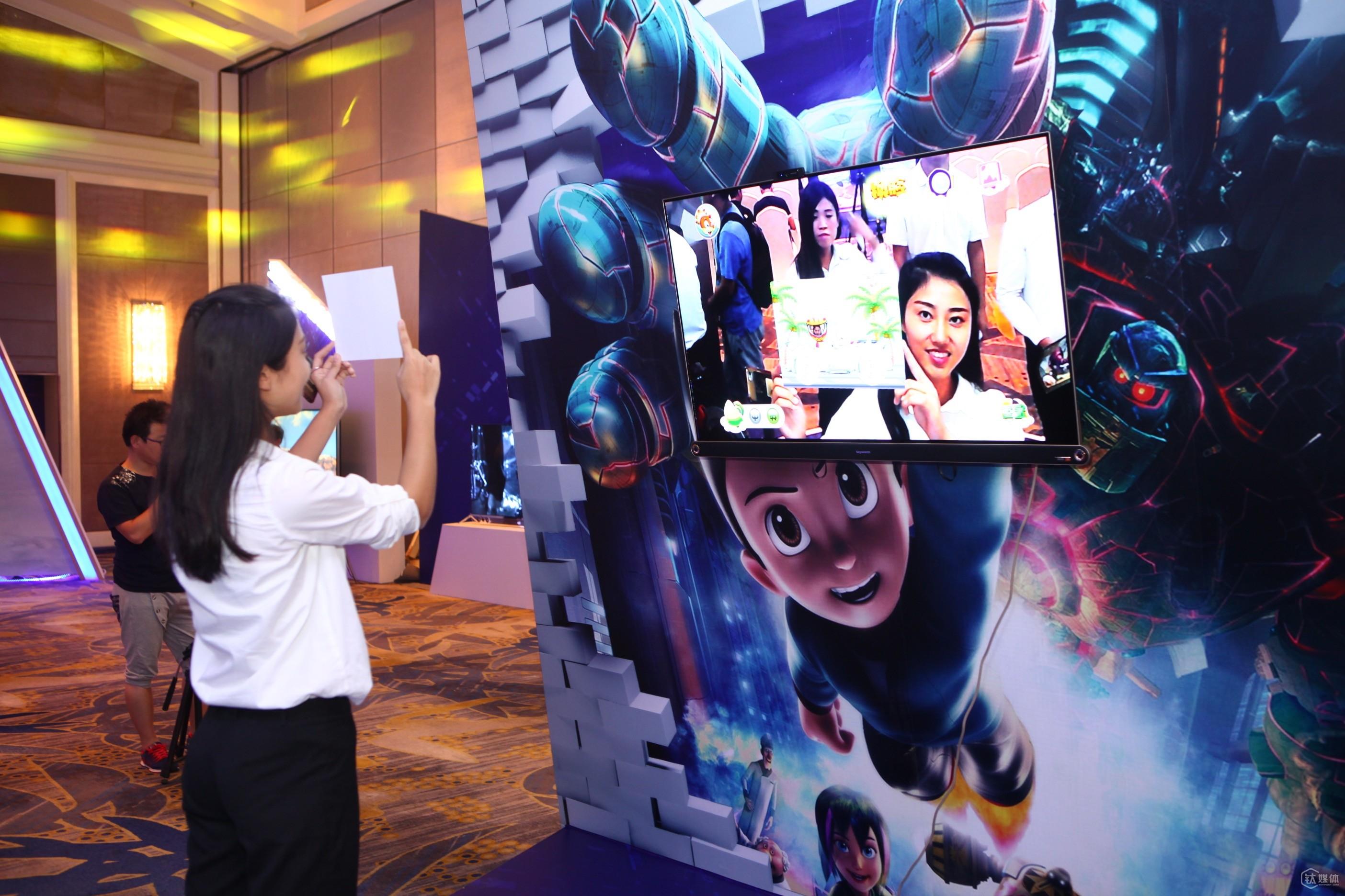 用户现场体验创维AR电视