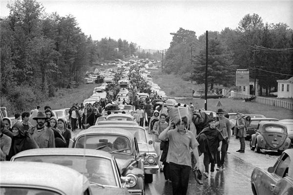 从贝塞尔小镇往城里去的路上,也同样被嬉皮士们堵住了(图片来自Anonymous / AP)