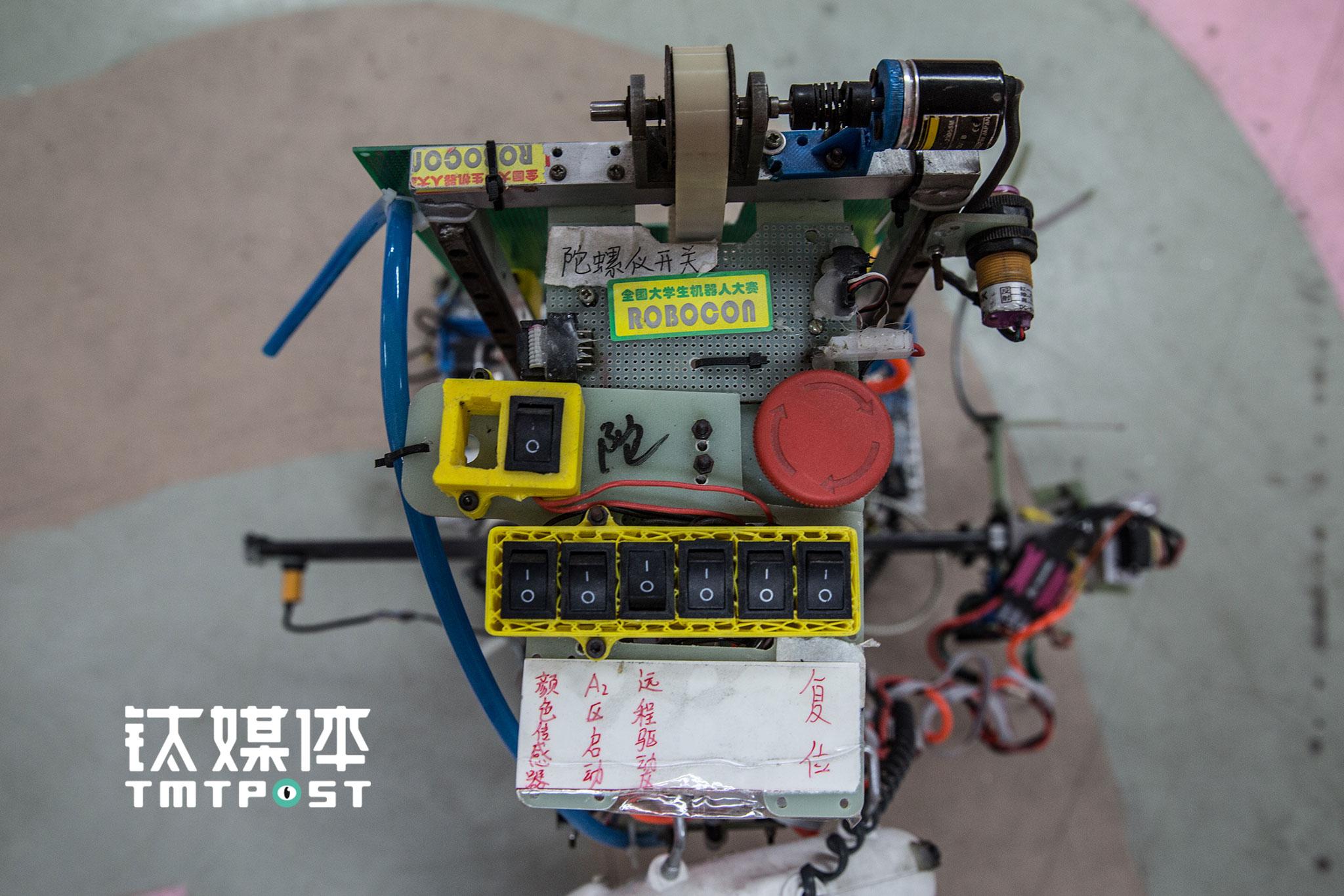 """一次Robocon的小组赛,比赛前几小时的调试中,在执行""""爬柱子""""的任务时,这台机器人不慎从柱子上摔下,此后便""""瘫痪""""了。""""它经历了好几代队员的更新,是老功臣了"""",龚普觉得,机器人都是有灵性的,""""你对它付出得多,它给你的回报也多,如果它表现得好,你会为它高兴,如果它因为你的疏忽而出问题,你会很揪心""""。"""