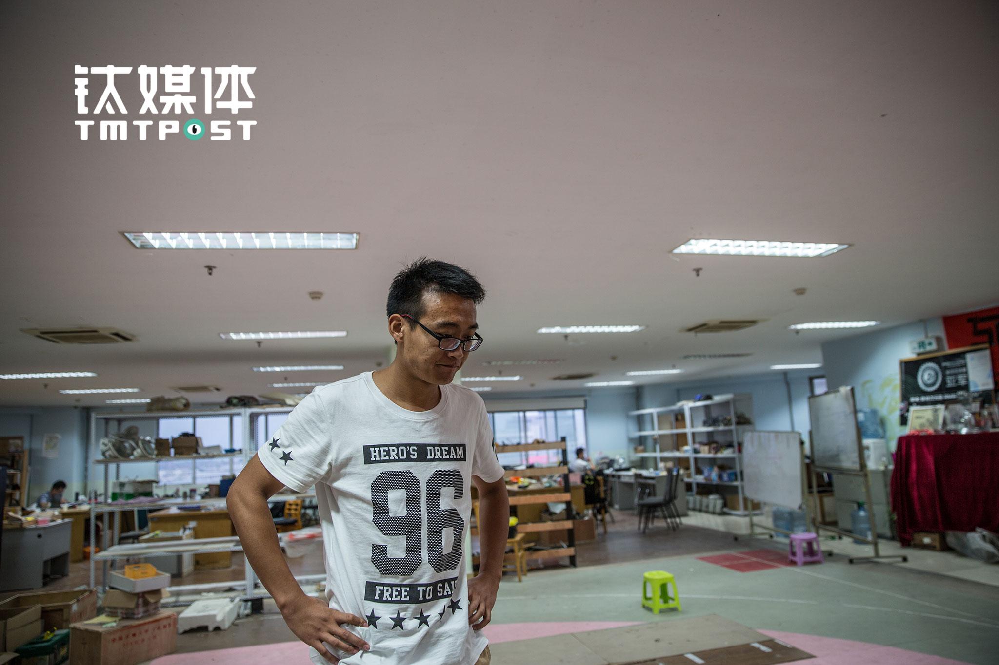 庞哲是中石大安全工程专业大三的学生,加入SPR战队半年,是一名机械师,在比赛中负责检修机器人的故障,战队在比赛中获得奖项,是最让他骄傲的事情。