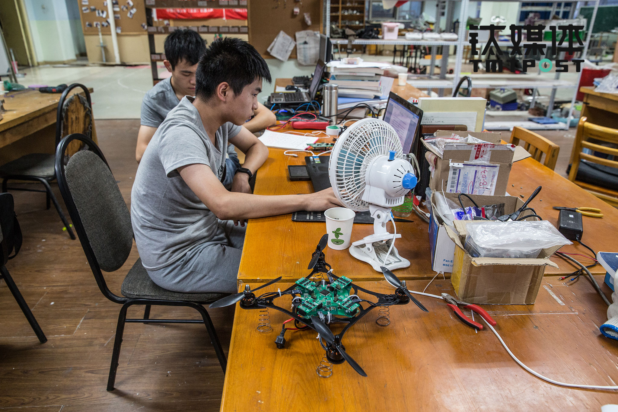 8 队员耿钦是一名机电设计发烧友,对挑战技术难题非常感兴趣。出于好玩,他最近刚刚做了一个无人机。