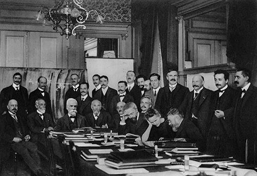 1911年第一次索尔维会议上的与会者合影,拍摄于布鲁塞尔的大都会酒店。