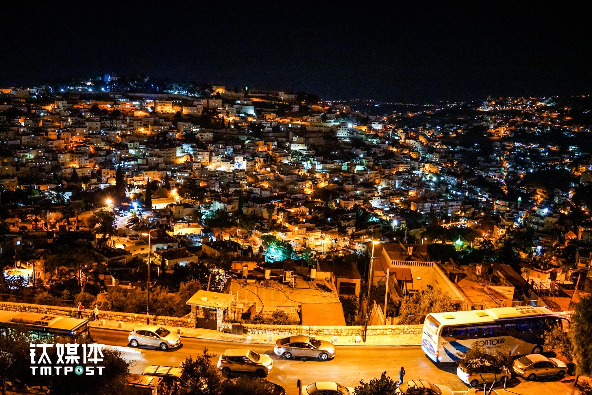 从雅法老城墙上俯瞰耶路撒冷夜景,这里依然闪亮着安静而古老的万家灯火。(图/朱玲玉)