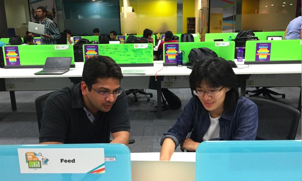 跟Helpchat创始人兼CEO辛格拉在一起讨论问题