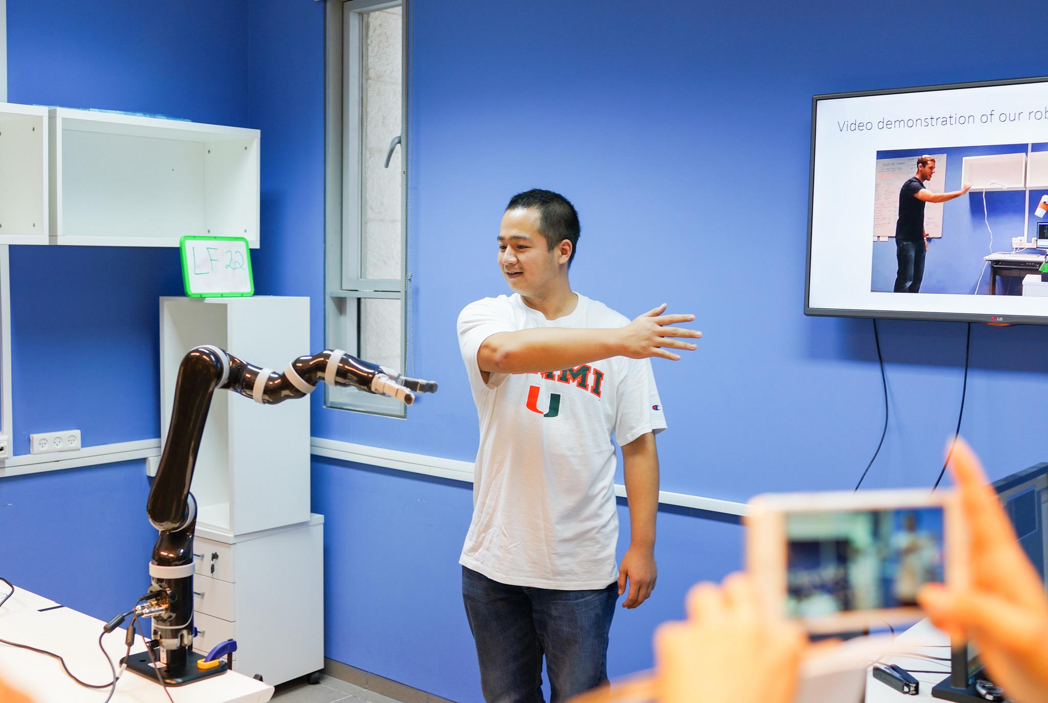 在本古里安大学的机器人实验里,一只机器人手臂通过感应钛媒体考察团人员的姿体语言,做出相应的动作模拟。