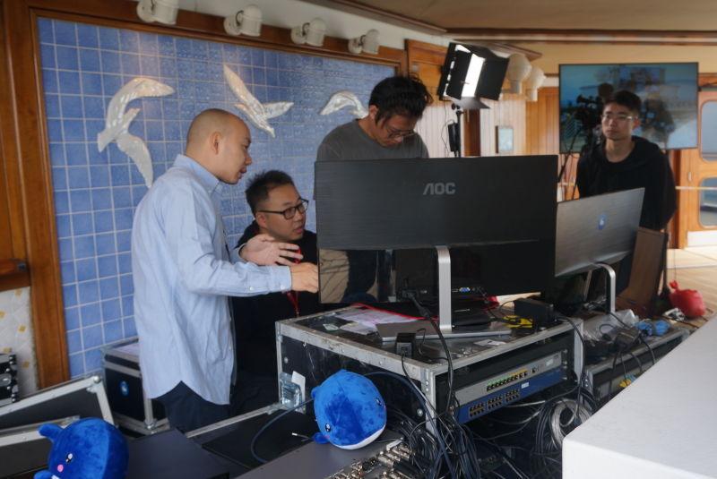工作人员正在搭建电竞比赛设备