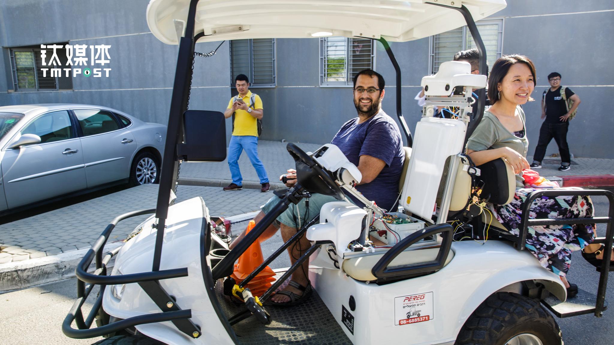 图为钛媒体考察团人员正在亲身体验无人驾驶车。(图/朱玲玉)