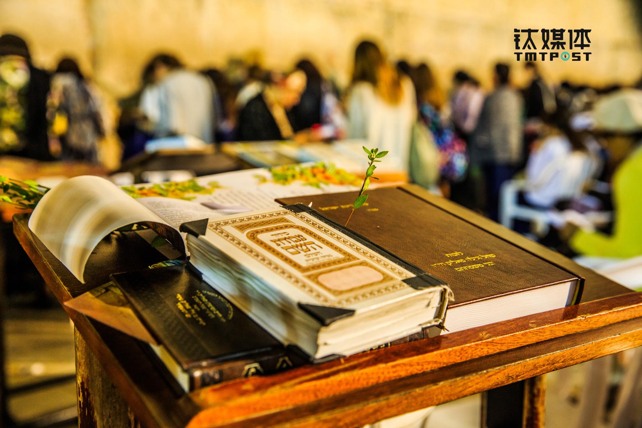 在哭墙的案板上,一本本希伯来文犹太圣经被摆放在案台上,提供给前来祈祷的犹太信徒使用。它们凝结了众多犹太信徒的泪水,也凝结了犹太民族的苦难。每一个犹太家庭都会在书架上摆放一本本圣经,并收藏各种对圣经智慧的注解书籍。这个国家的文化与精神都注入在这一本教义之中。(图/朱玲玉)