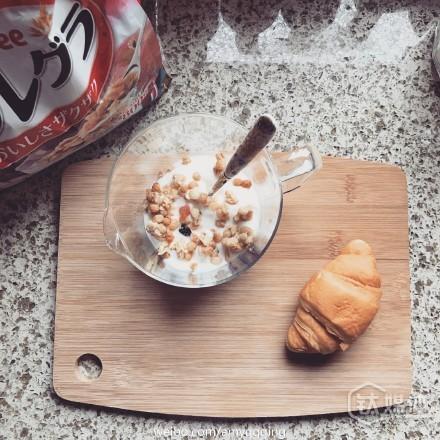 一位94年生小姑娘在微博上晒出自己的卡乐比麦片早餐