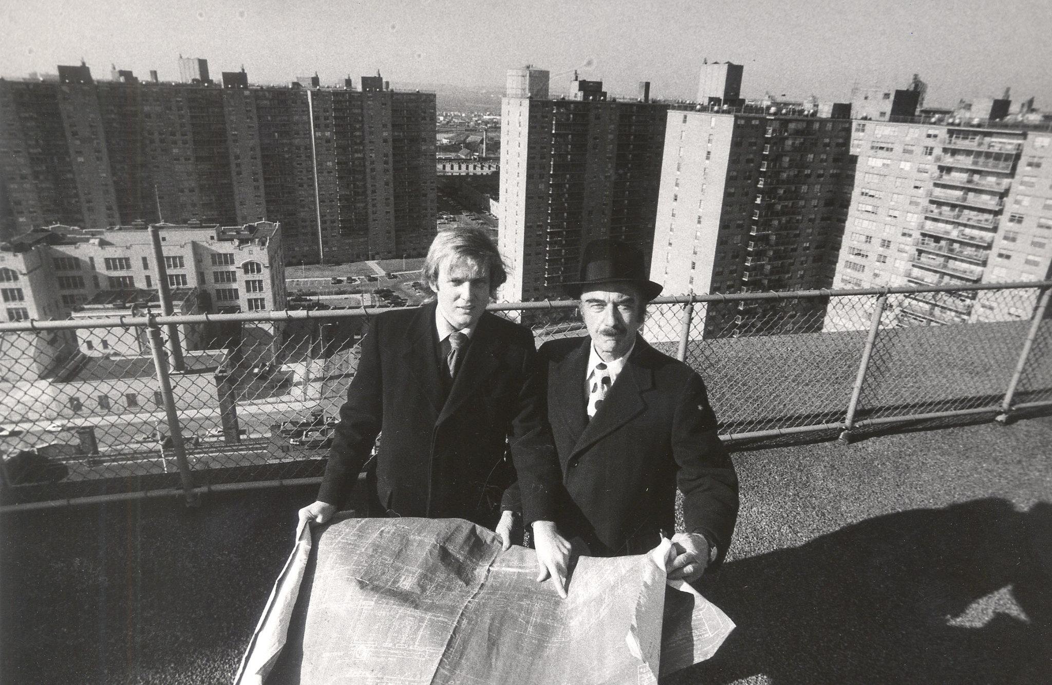 1973年,特朗普和他父亲在纽约皇后区 Barton Silverman/The New York Times 来源:《纽约时报》