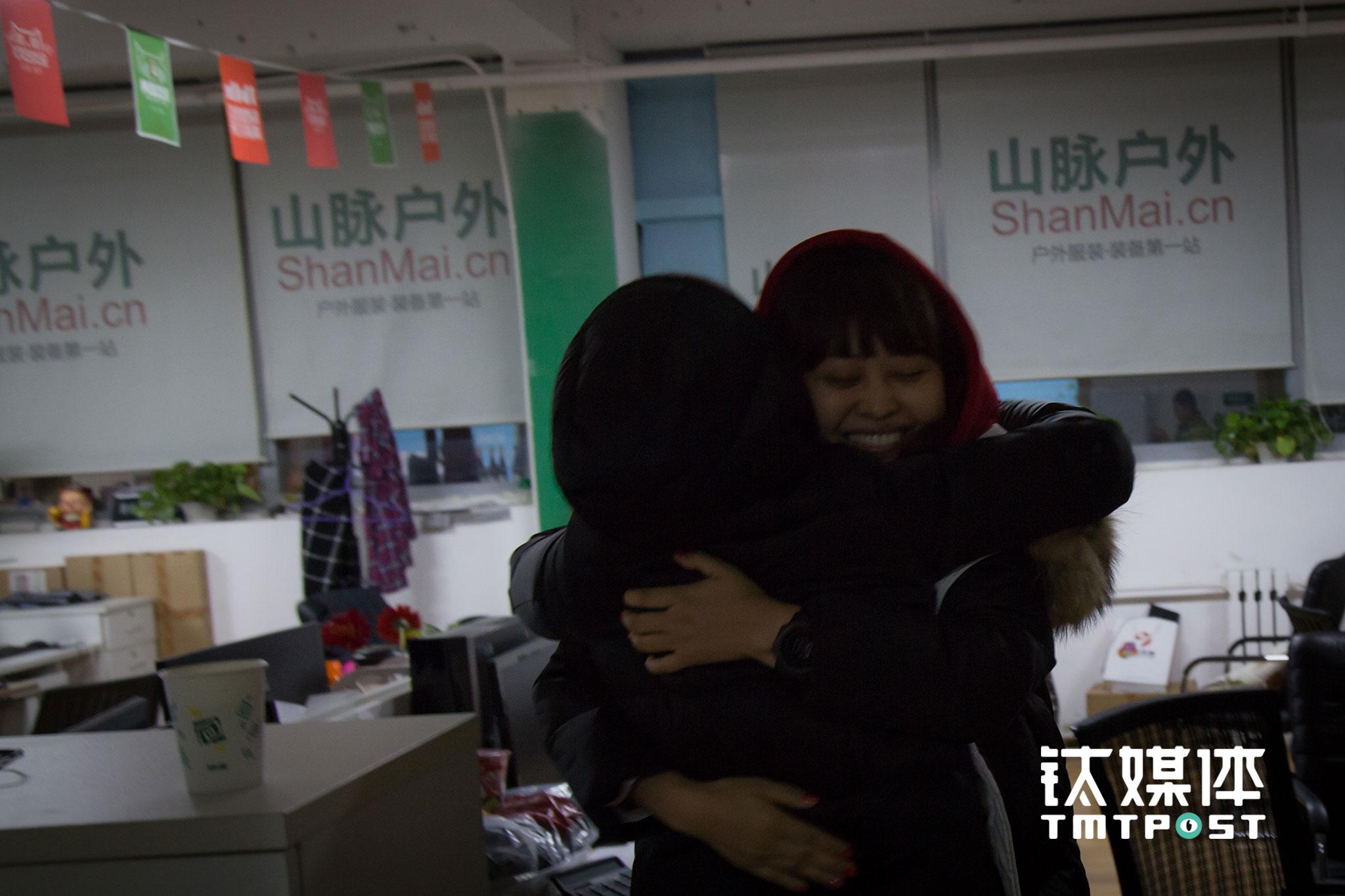 凌晨5:50,终于等到了第一个100万的到来,两名合伙人高兴地拥抱庆祝。