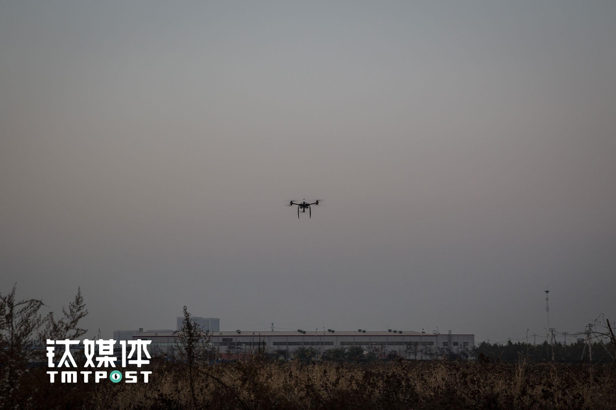 """试飞的这款机型是京东无人机中目前比较成熟的机型,可以搭载10~15公斤货物全自动飞行10~15公里,""""载重和飞行时间搭配比较合理,可以覆盖中国80%的乡村线路"""",一名工程师介绍,""""这款机型在山区、交通不便以及自然灾害阻隔道路的地方能实现快速运送货物,可以让更多乡村用户实现与城市用户同质同价格的购物体验。"""""""