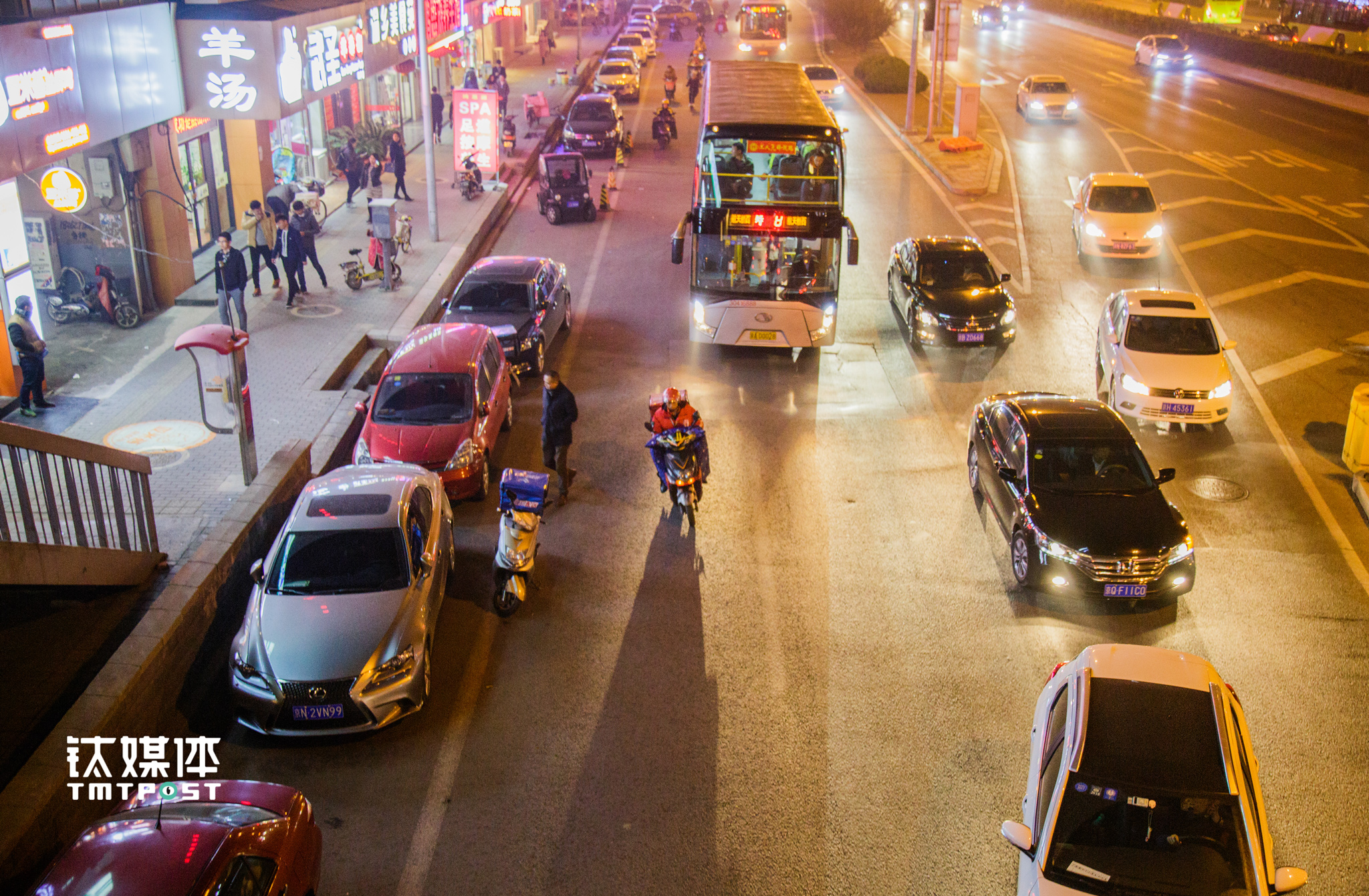 After midnight, you can still see delivery guys on the streets of Shuangjing. According to statistics, by July 2016, Baidu Takeout has over 40,000 delivery guys, while Meituan has 60,000, and Eleme has over one million(part-time delivery guys included). The takeout sector of the catering industry in China had reached ¥230 billion in 2015, accounting for 7.4% of the whole catering consumption.