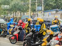 """外卖""""骑兵"""":""""红黄蓝""""在路上丨钛媒体影像《在线》44期"""