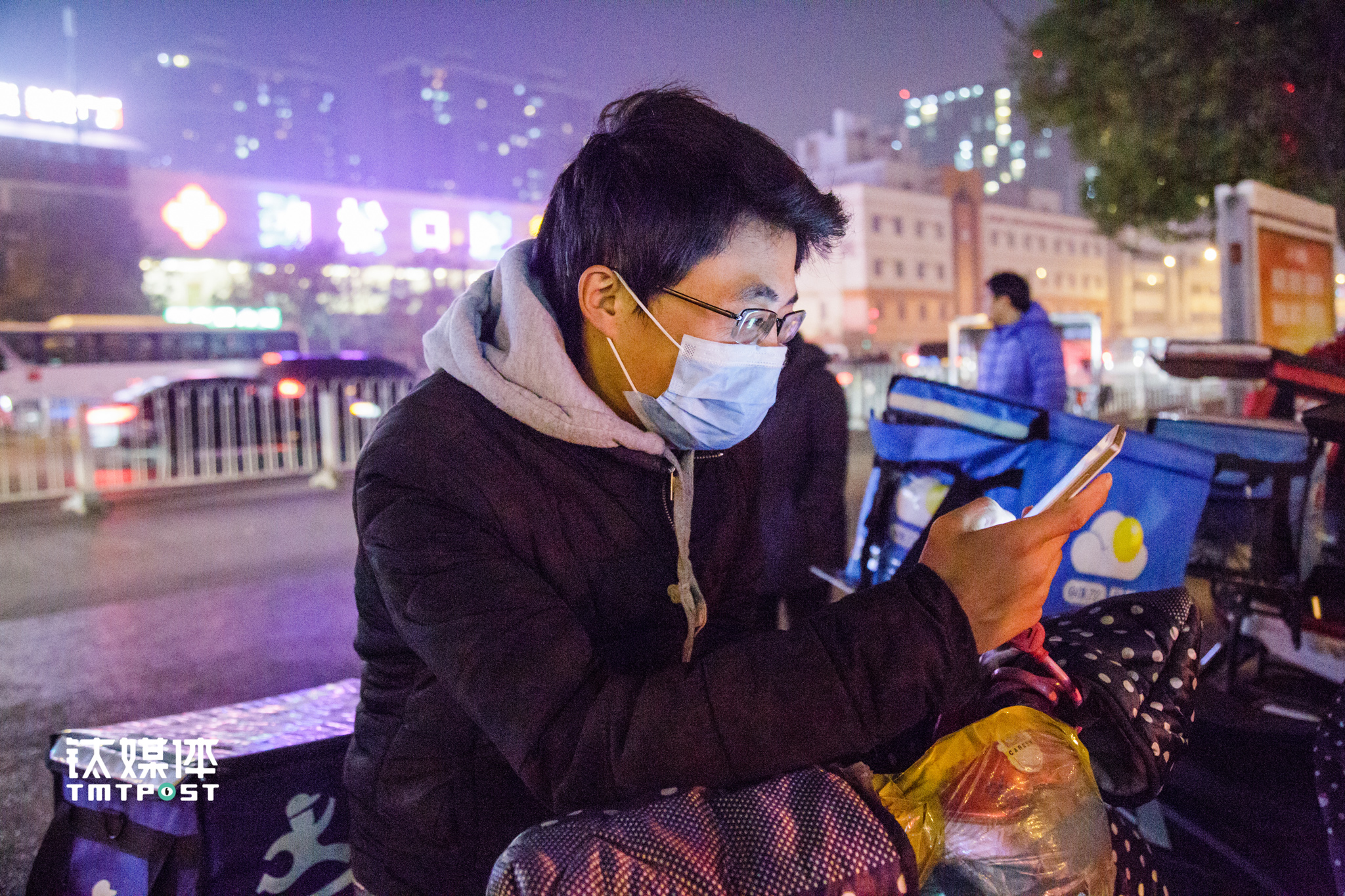 "At 6 pm, the sky was turning dark. Part-time delivery staff Xiao Feng works from 8 am to 5 pm at a restaurant and comes out work as delivery guy after work. The restaurant gives Xiao Feng four days off every month, during which he works full-time as a delivery guy. He has been in Beijing for three years, originally from Lanzhou. ""Beijing is an expensive city to live in, I have to earn more,"" he said. Every month he can earn over ¥1000 from the part-time job. The platform rewards him ¥12 if he could achieve an average of 15 orders everyday."