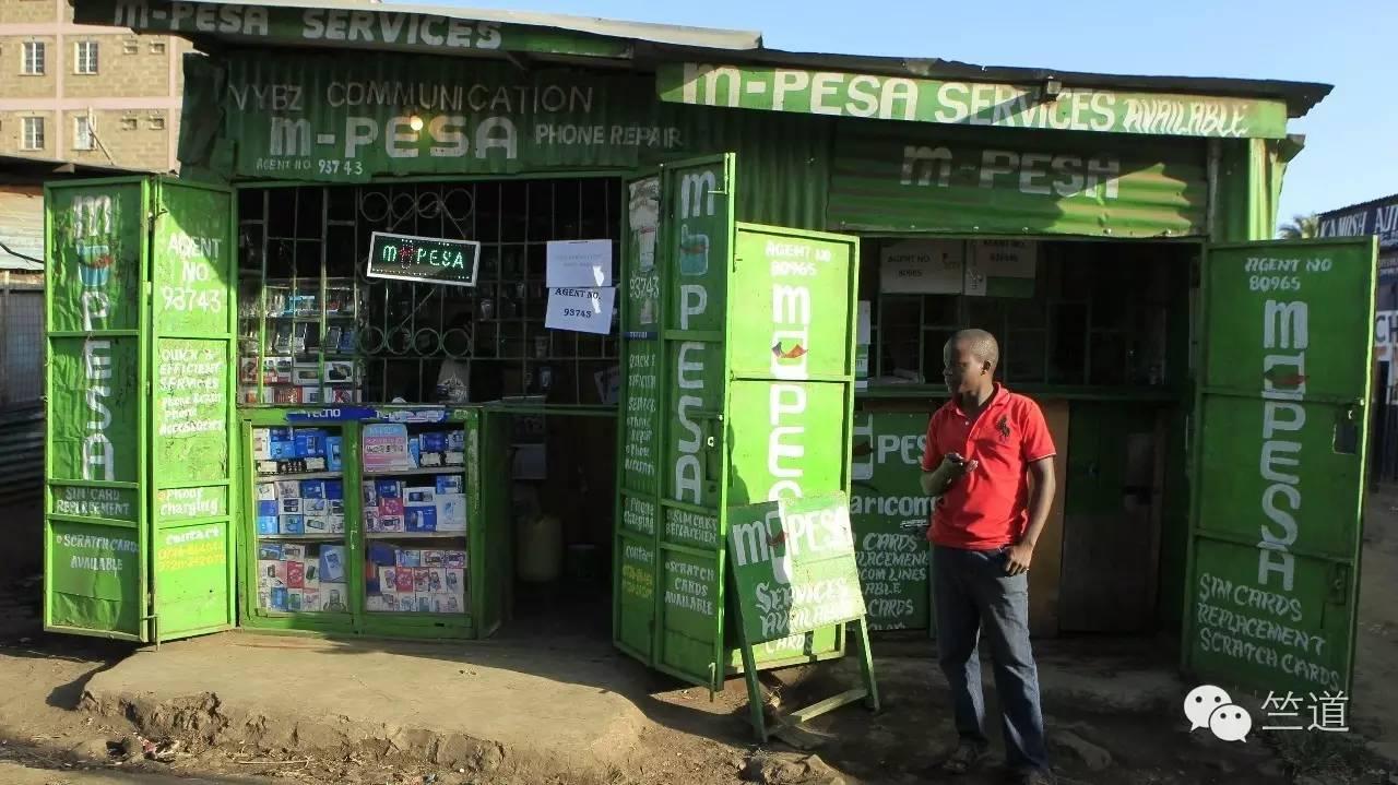 肯尼亚首都内罗毕,非洲最大贫民窟之一的kibera里的一处M-pesa充值点