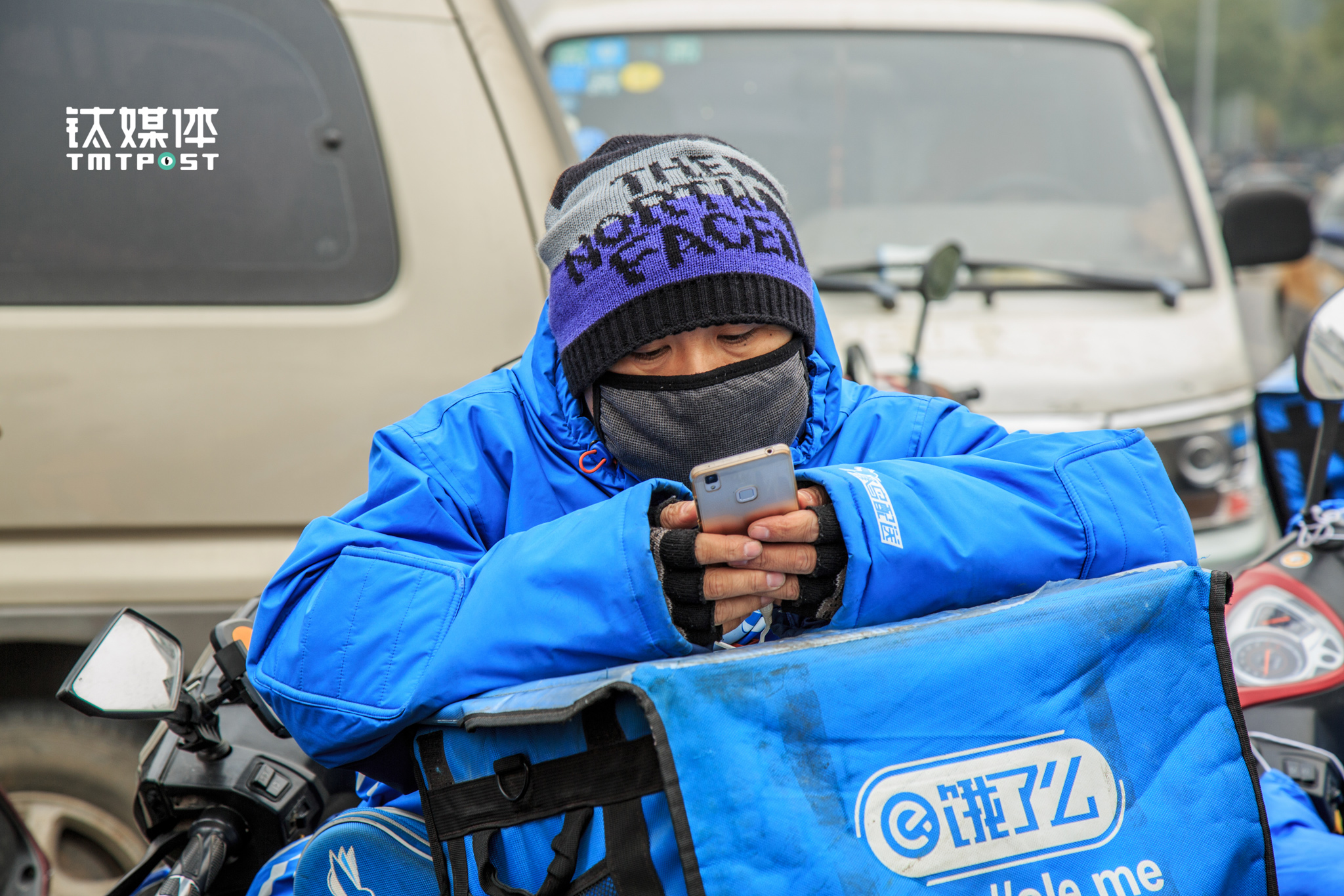 "Mr. Cao was waiting for order requests on the street. This day Beijing's outdoor temperature slumped to 1°C, which means there would be more people who're not willing to leave their house, and would mean more orders for each delivery staff. ""Experienced delivery staff can finish over 1000 orders per month, earning over ¥10,000. Compared with that others usually earn ¥6000."""