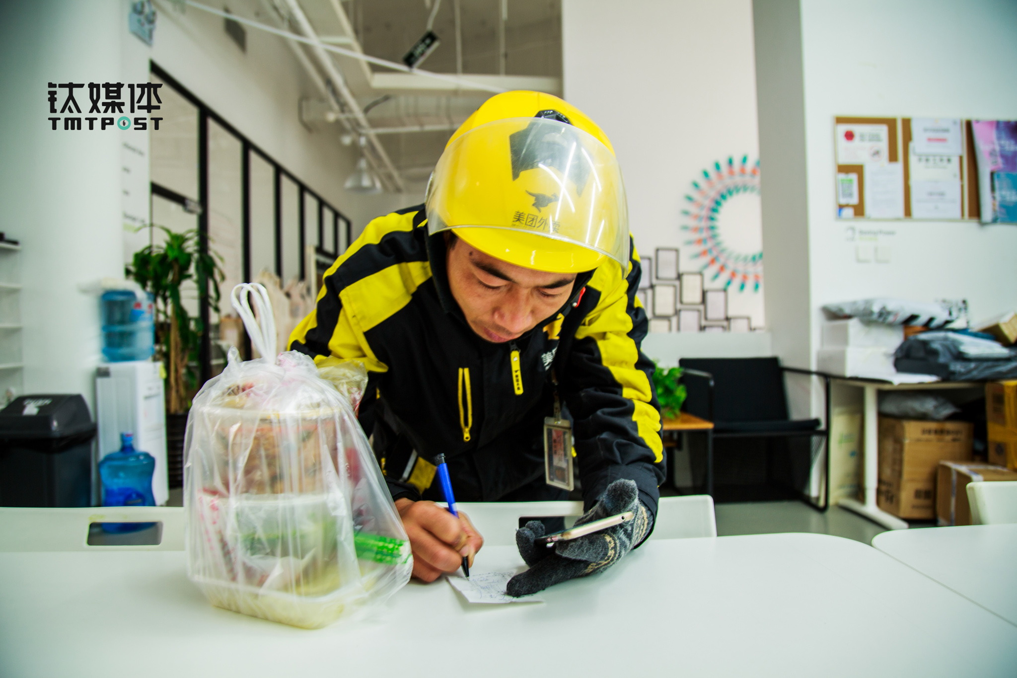 After getting the food, Zhao rushed to an office tower near Dajiaoting. The client didn't write a clear address and Zhao had to look up the client's phone number to reach him. Then he waited for the client to come pick up the food. This day marked the full month of his career life as a delivery guy. He has got 15 good remarks, but also gets complaints from clients about taking too long to get the food.