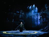 莎翁剧里加入了黑科技,这下没理由说自己看不懂戏剧了