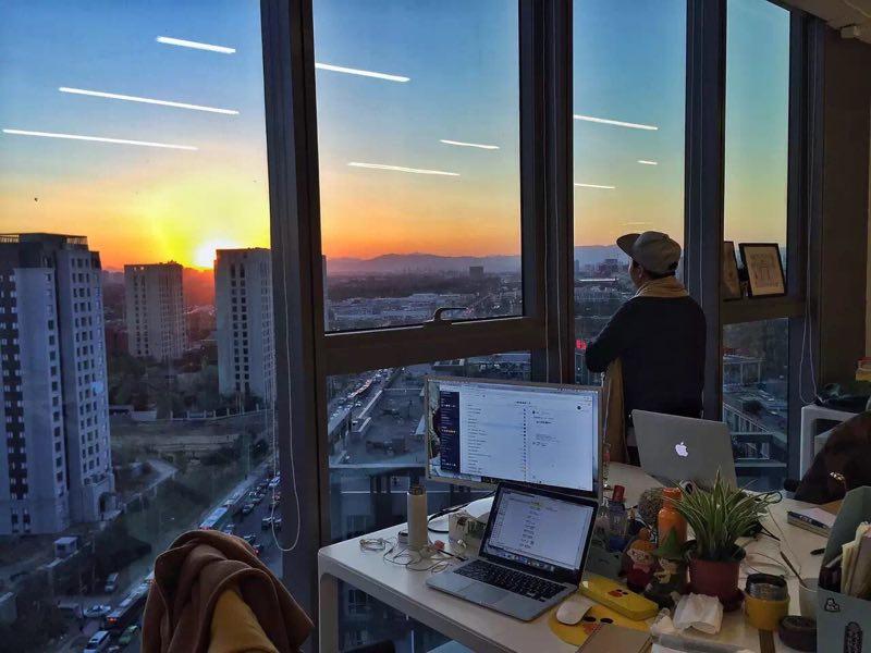 """黄昏十分看西山日落,这已成为好好住办公室的""""保留节目"""""""