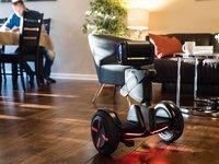 """Segway概念机器人""""上岗"""",首先扮演了宝马泊车助理的角色"""