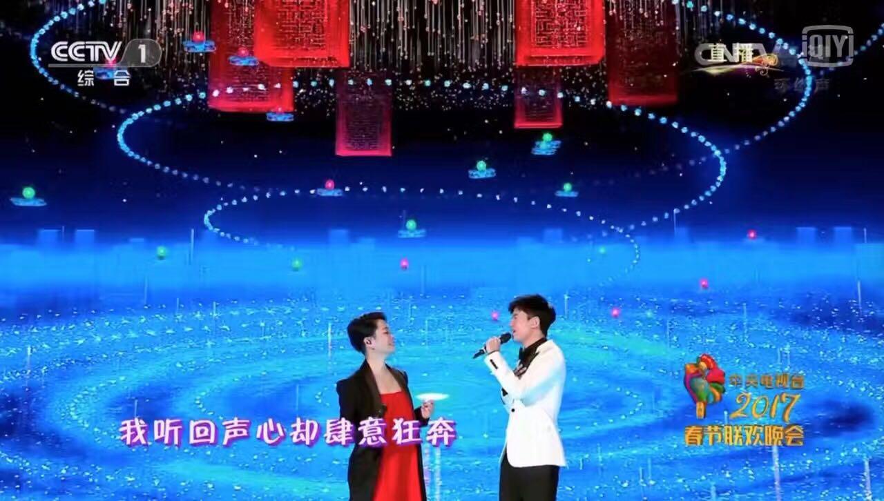 两位演唱者舞台背景是无人机表演