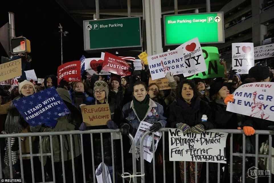 在纽约,JFK机场外面,寒风中聚集的抗议人群