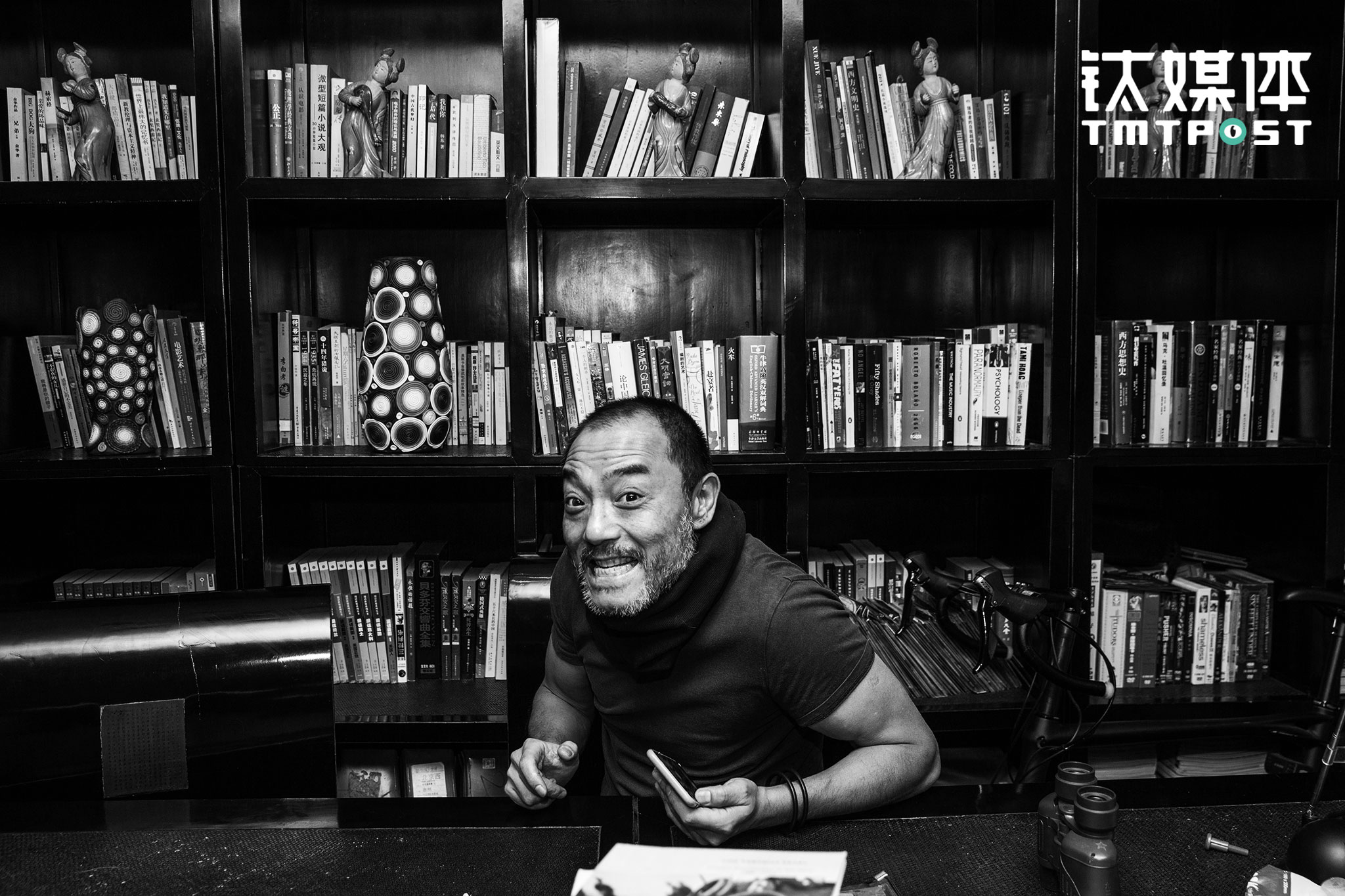 "Zheng Zhong, Screenwriter of ""Palace of Desire"" and ""Ripe Tangerines"""