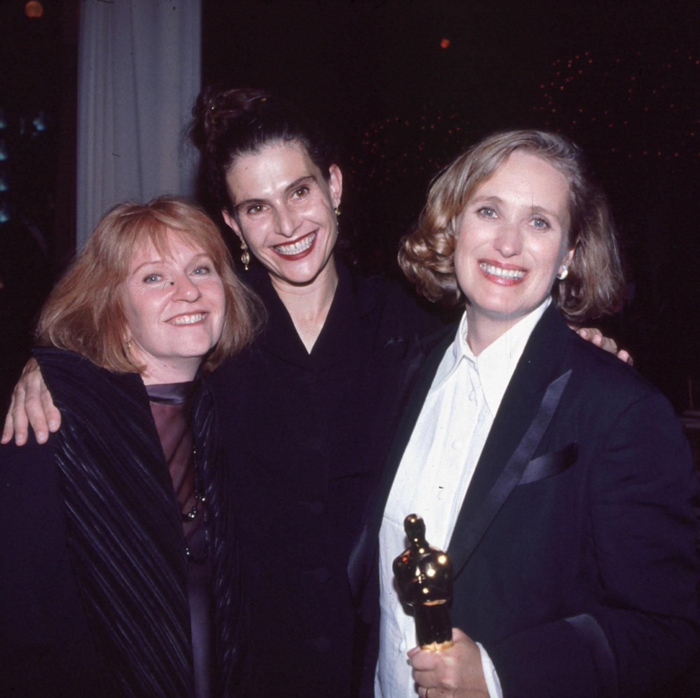 Jan Chapman、Janet Patterson 和 Jane Campion在1993年的合影 Photo by BEI/REX/Shutterstock 来源:《综艺》