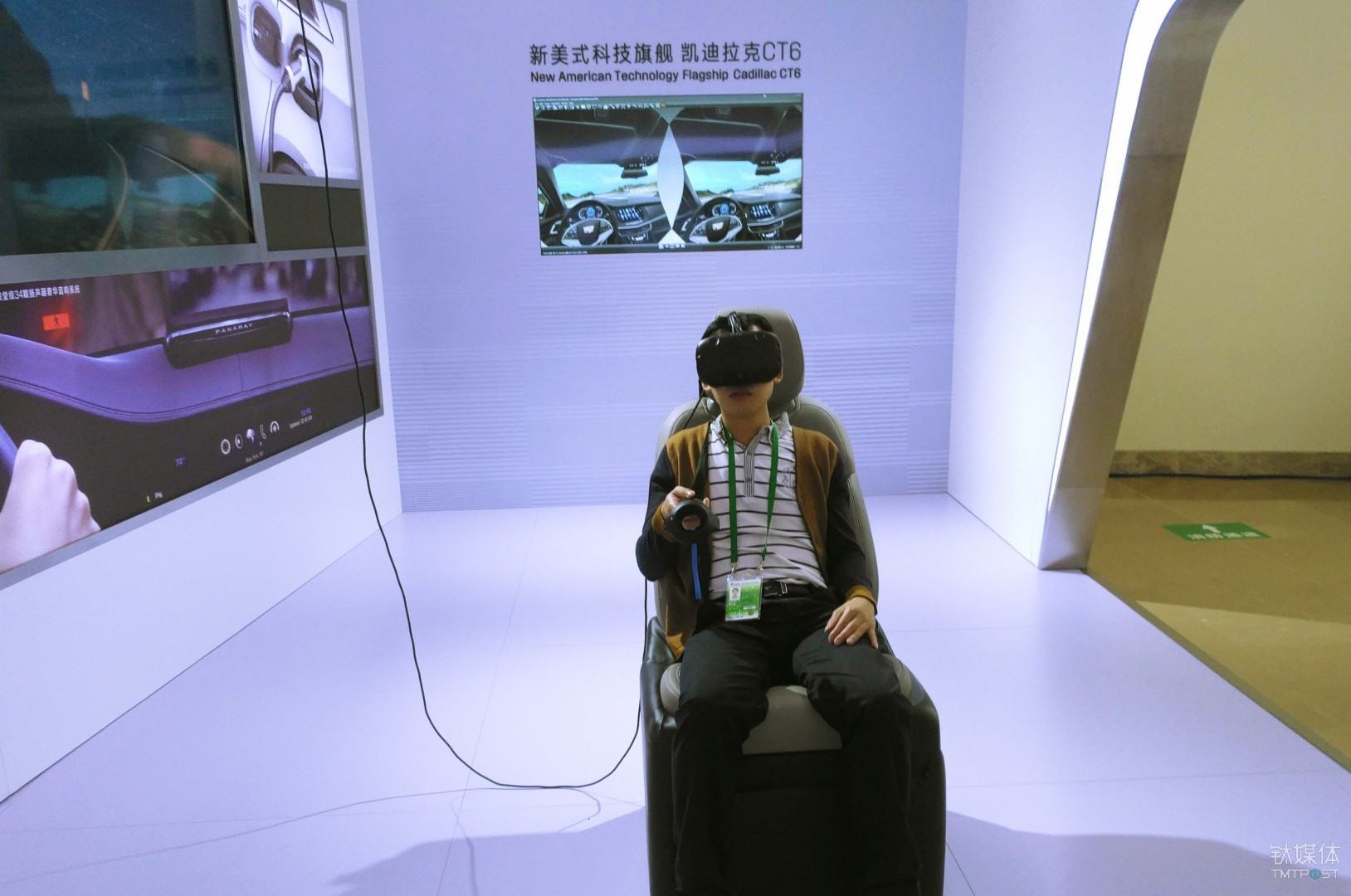 博鳌论坛与会者在凯迪拉克展台体验CT 6虚拟驾驶