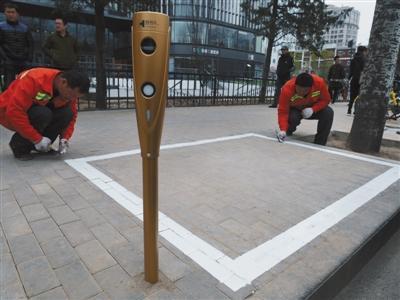 北京东大桥路新设立的智能停车桩,图片来源《新京报》