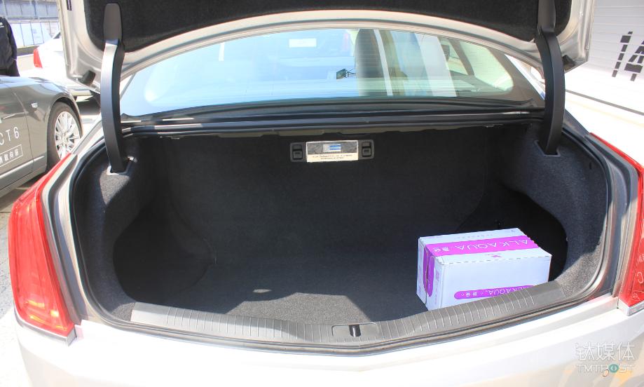 CT6插电混动版的后备箱