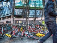 """历时两个月吐血拍摄,我们记录了城市街头的单车""""混战""""丨钛媒体影像《在线》48期"""