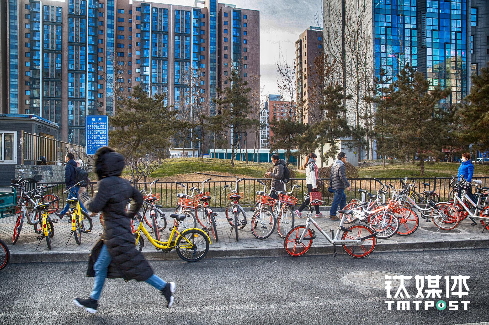 1月10日早高峰,青年路地铁站D出口,上班族从附近小区骑来的单车占据了一半行人道,有些车被停放到了辅路上。