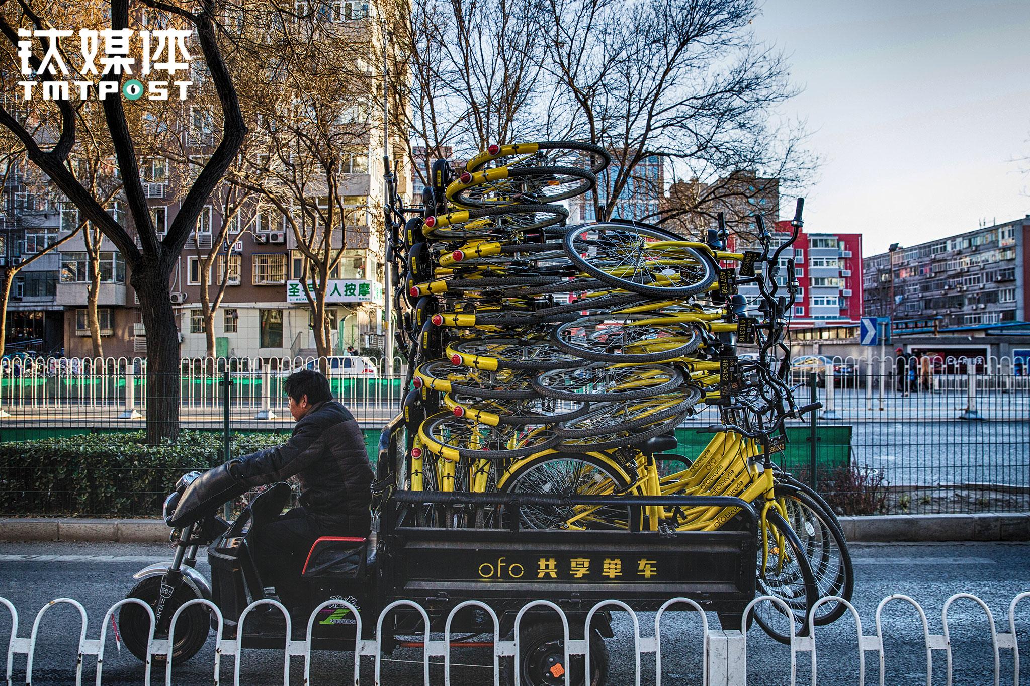 2016年12月15日,北京海淀,ofo一名工作人员用三轮运送小黄车。ofo创立于大学校园,2016年11月开启城市服务,截止2017年2月,该公司对外宣布已经覆盖了国内35座城市。3月1日,ofo对外宣布完成D轮4.5亿美元融资。