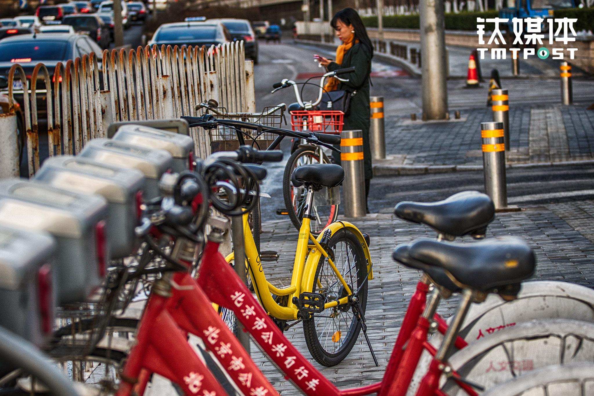 """摩拜、ofo等各色单车的""""街头混战""""也带动了传统公共自行车的改变,2017年2月初,北京公共自行车APP上线,用户实名认证后可实现""""芝麻信用、公交卡、押金租车""""三种方式租车,其中芝麻信用分满600的用户可免押金租车。截止2016年底,北京共投放公共自行车 6.8 万辆,建有租赁站点 2000 个,97%的用户的单次使用时长都在免费使用的一小时之内。"""