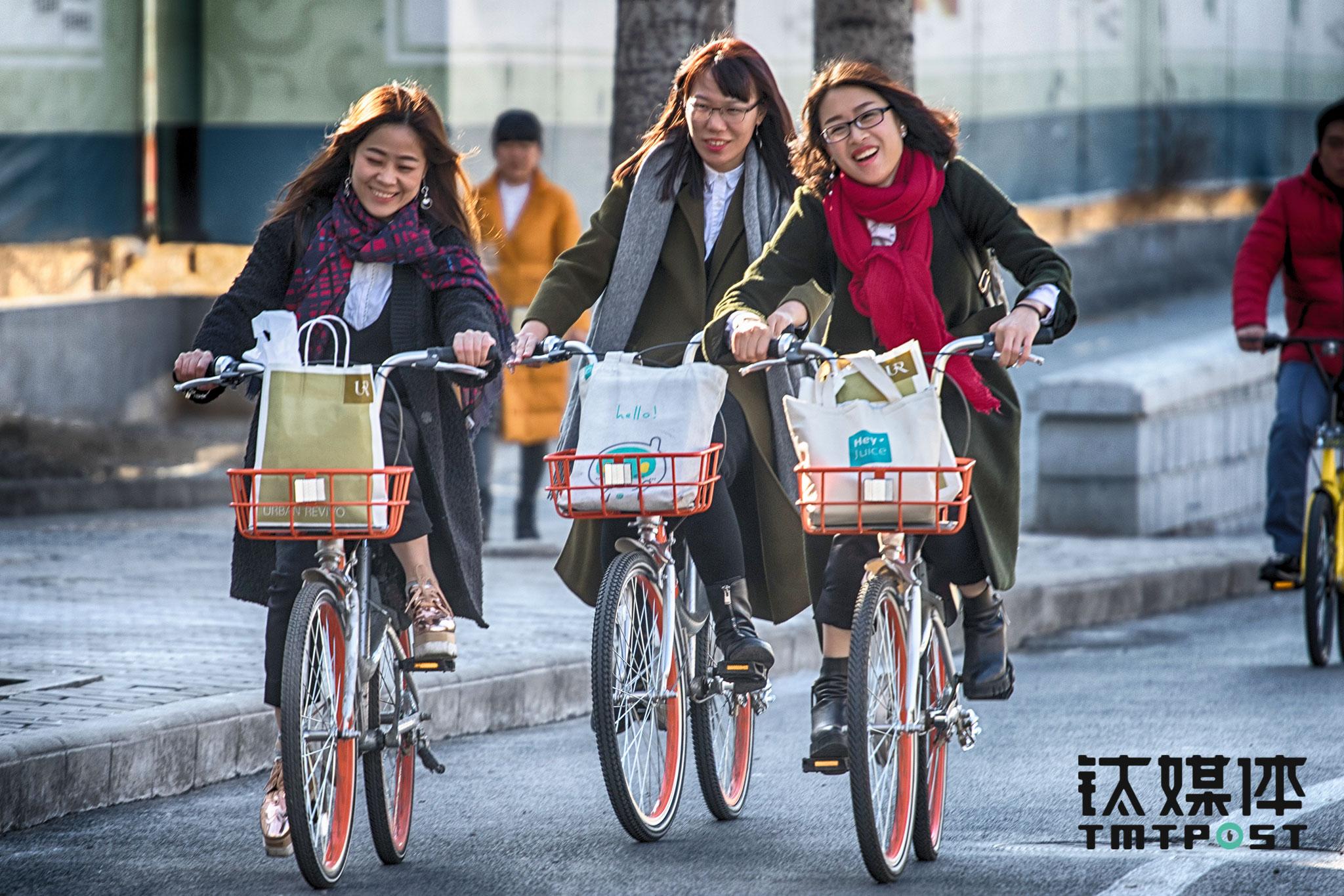 摩拜单车2016年4月从上海进入共享单车市场,到2017年2月已进入国内超过20个城市。摩拜单车CEO曾表示,先不想怎样盈利,首先将在每个城市先投入10万辆车。1月4日,摩拜宣布D轮融资,其后两个月之内,摩拜又获得D轮系列的第三笔投资。截止2月底,其D轮融资额已超过3亿美元。
