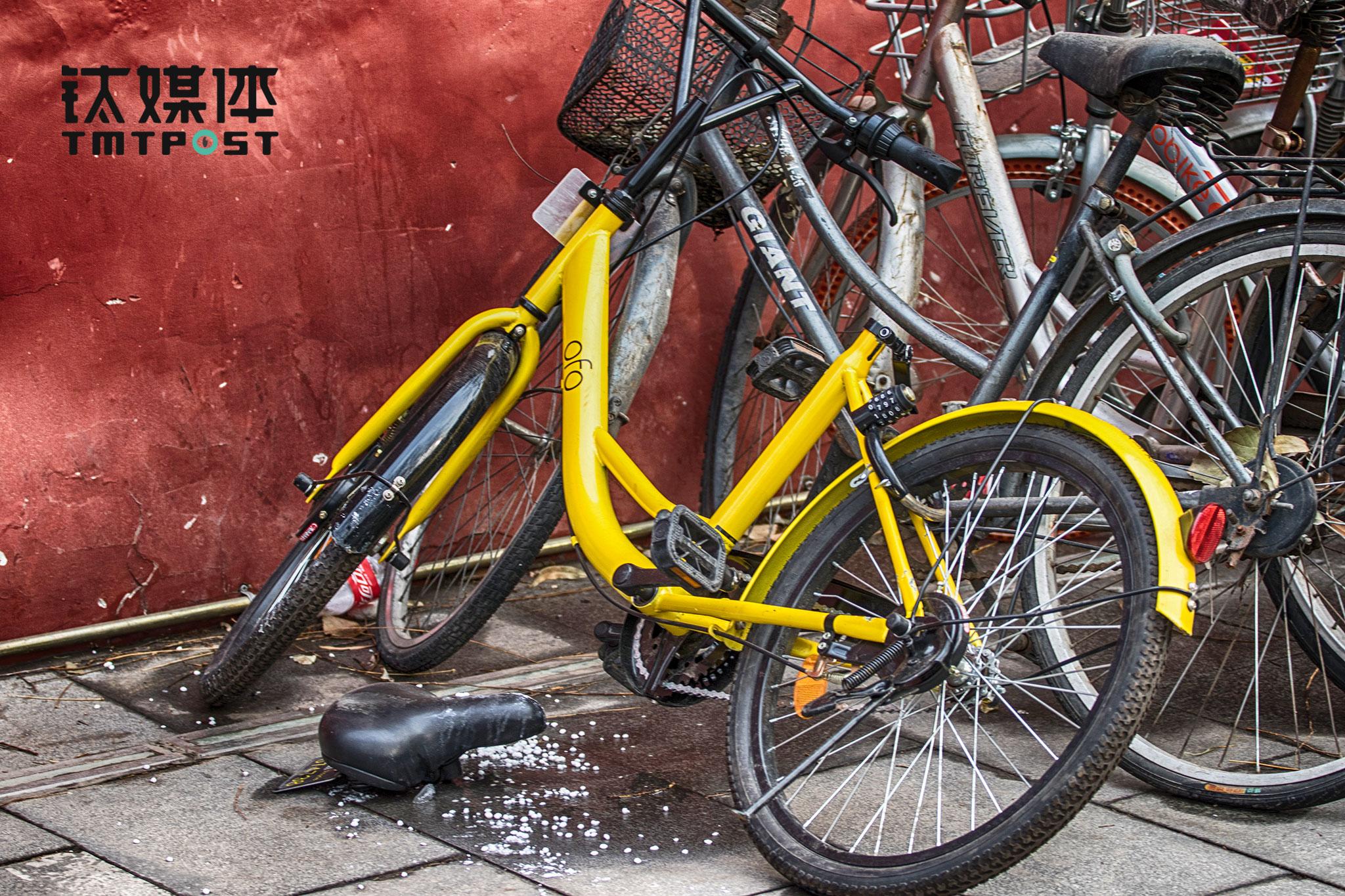 《在线》对于北京共享单车经过超过2个月观察后发现,街头可见的范围内,相比摩拜等品牌,造价相对低廉的ofo,车辆被损坏的情况相对较多。2月22日,北京雍和宫,一辆ofo的座椅被人拧下。
