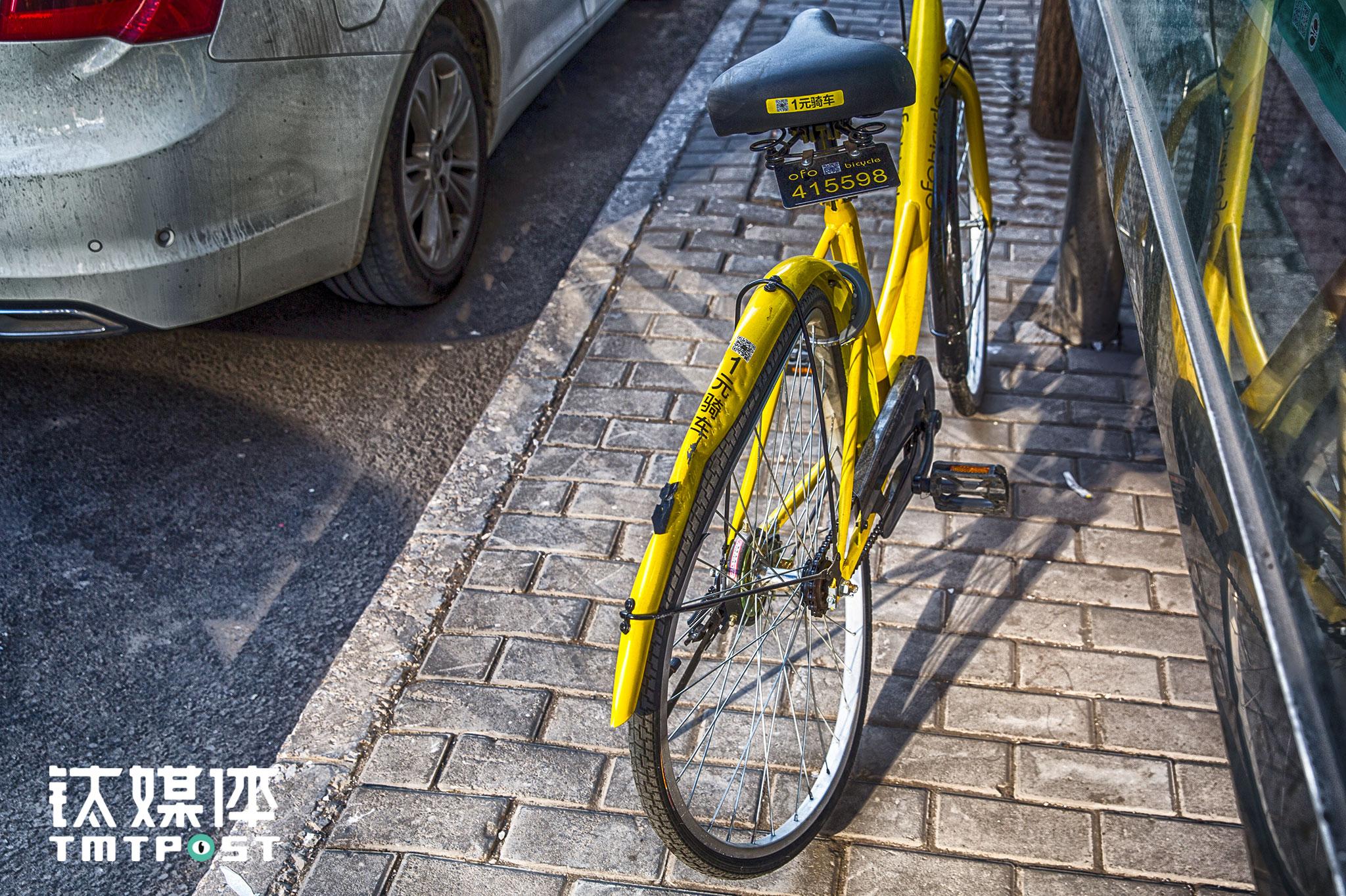 1月12日,北京,一辆后轮被汽车压过的ofo停在路边。