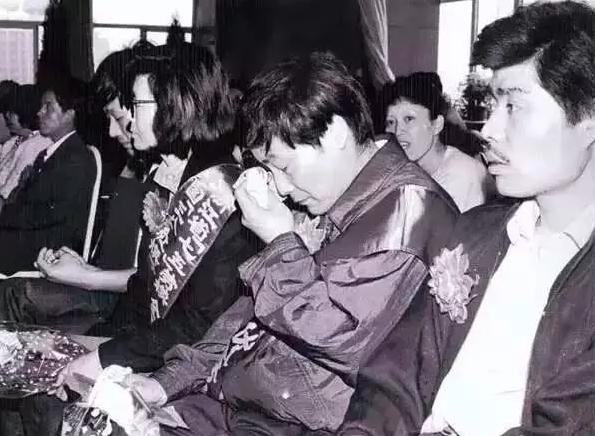 1992年4月28日宗庆后从上城区委手中接过10万元奖金时哭了(重奖经济开拓者)