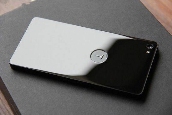 近日,锤子手机又降价了。京东商城的锤子科技官方旗舰店对新机M1L进行了降价处理,最高降价达700元。