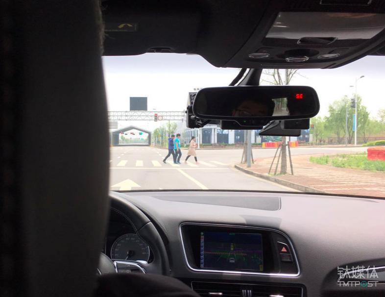 自动驾驶车辆前方的行人、信号灯和模拟隧道