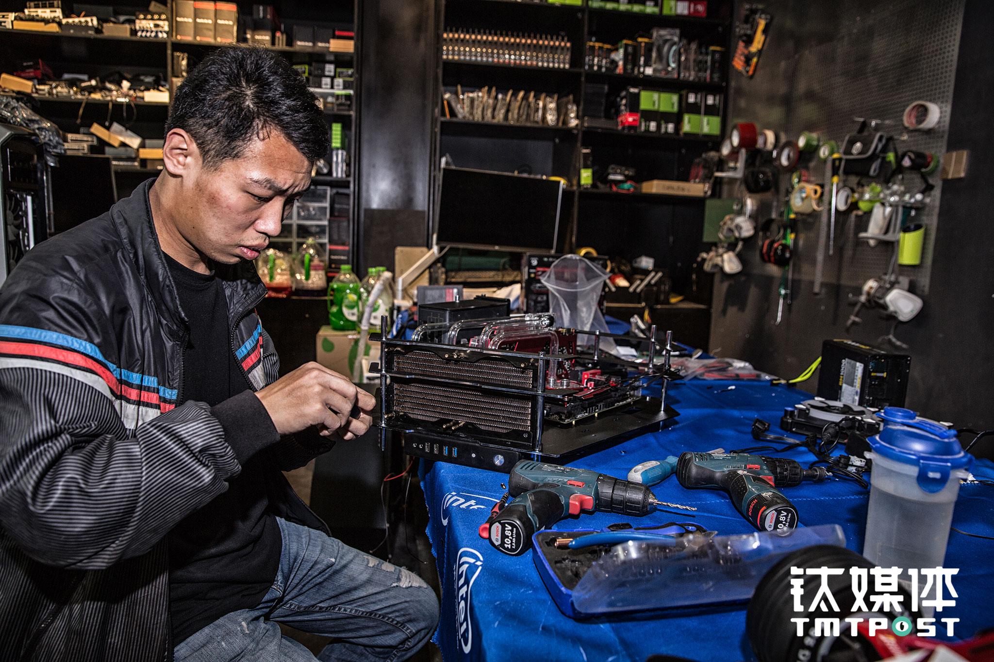 最开始创业,邢凯只有一个人,在业内打下一些名声后,很多爱好者和粉丝在微博与他交流,其中有一些人想要跟他一起创业来做MOD,于是邢凯周围渐渐聚拢了一个团队,这些团队成员的背景也很有意思,有的曾经在市场卖电脑,有的是夜场的DJ,还有人曾是煤矿的矿工,因为对MOD的热爱,他们从全国各地来到北京找到邢凯加入FUXK。