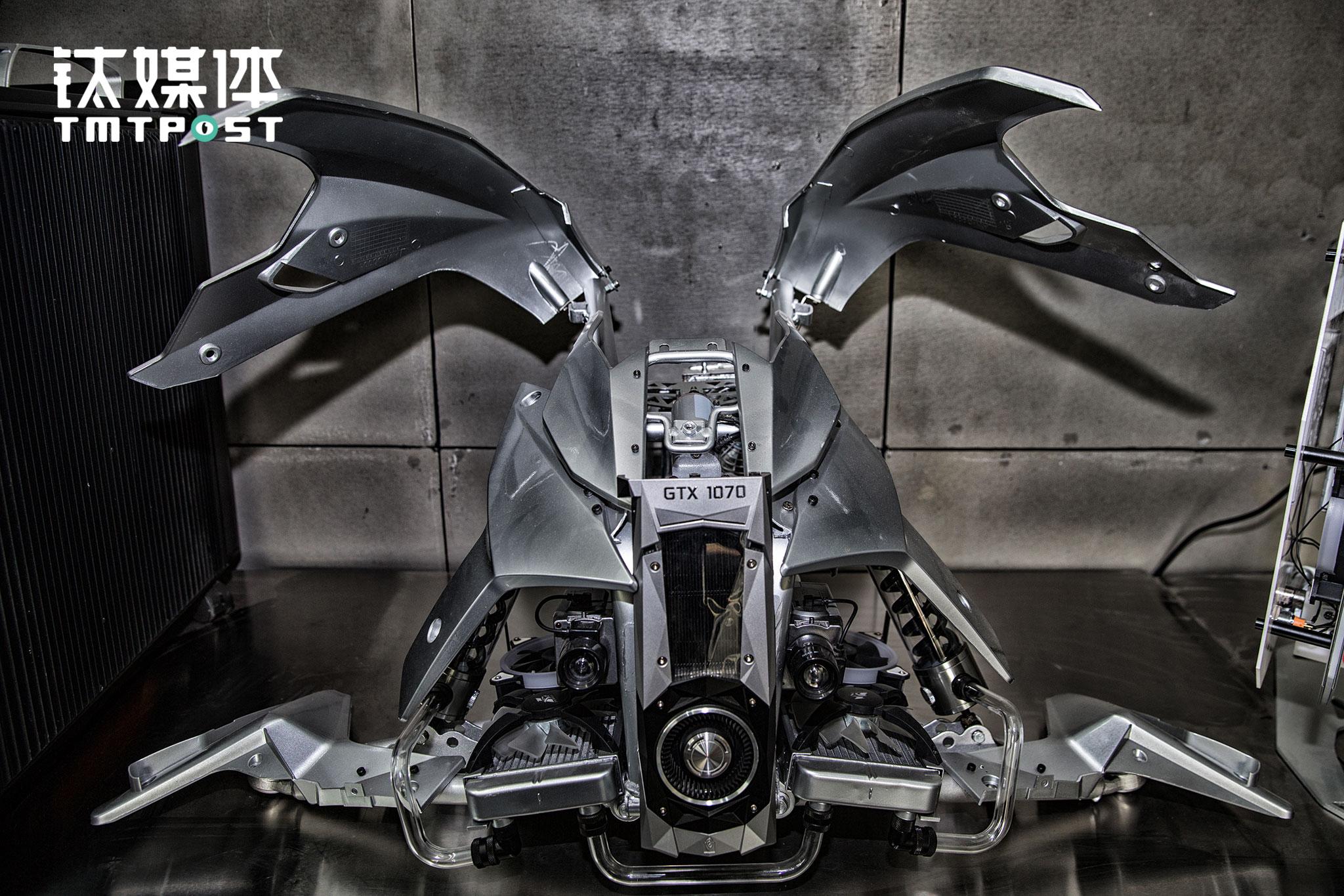 2017年4月5日,北京FUXK工作室,一台蝙蝠侠主题的MOD主机。邢凯凭借这台主机一举获得权威顶级PC机箱MOD改装赛事DCMM(Deutsche Casemod Meisterschaft,全德国机箱改造锦标赛)冠军。这台MOD主机的灵感来自蝙蝠侠座驾Batmobile,邢凯和团队花费了3个月才完成这一作品。