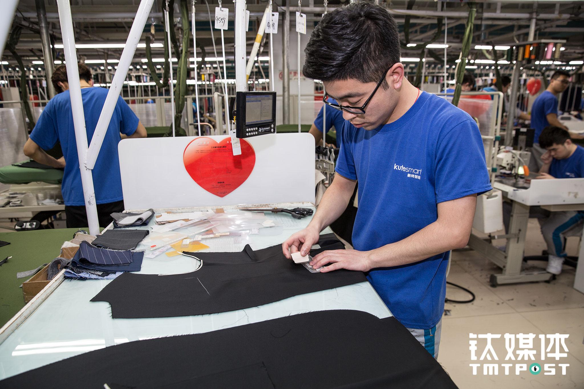 小徐的工作是画袋位,他每天要画大约500件,每拿到一件衣服在右侧屏幕打卡,对他来讲都是一笔不同的收入,根据每一件衣服的面料和造型和工艺的难易程度,小徐所得到计件报酬也不一样。