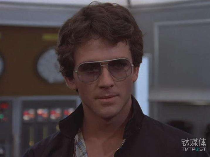 《大西洋底来的人》剧照,剧中的男主角麦克·哈里斯经常戴着蛤蟆镜