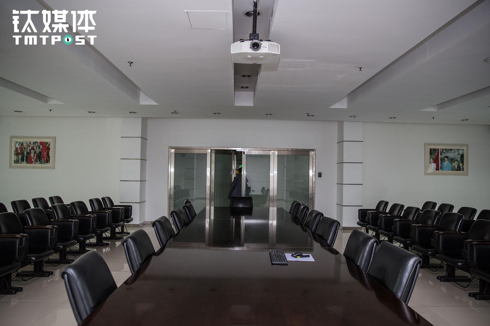 紧邻成衣展示体验区域是一个大会议室,会议室一门之隔就是车间。会议室非常安静,但推开这扇大门,车间生产线热的鼎沸之声扑面而来,瞬间将人带入另一个世界。